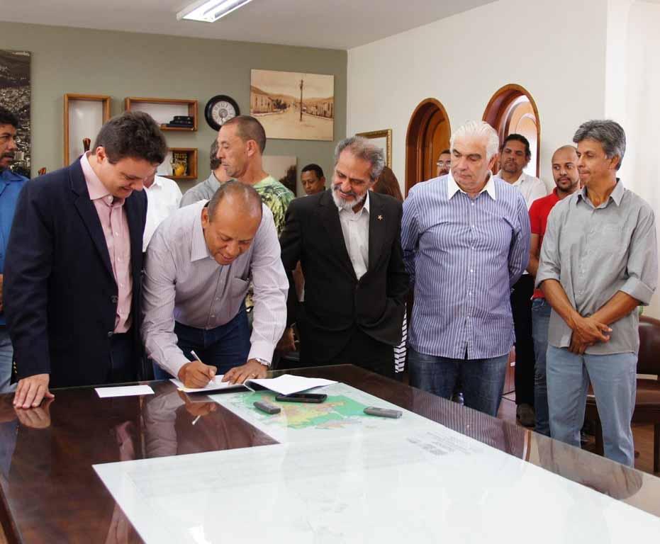 Odair Cunha (à esquerda) e Eloísio do Carmo Lourenço assinam o convênio