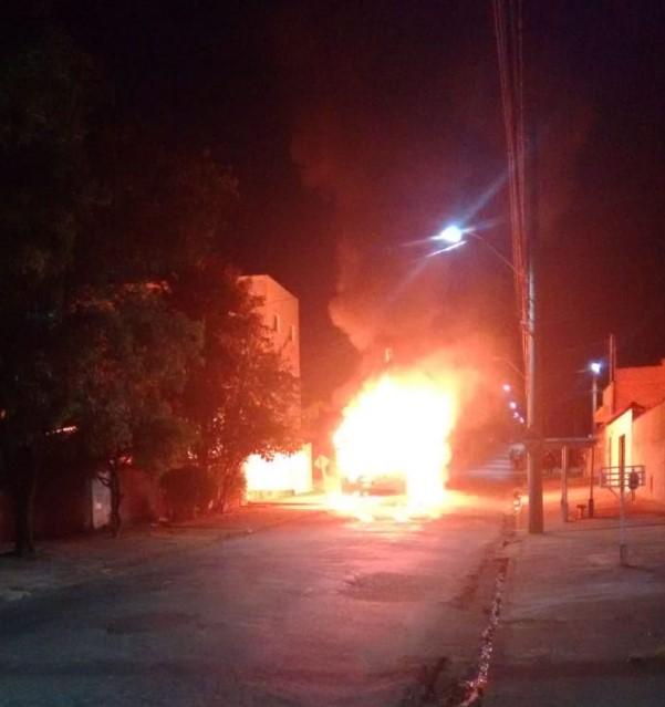 ônibus são incendiados em Poços - Jornal da Cidade