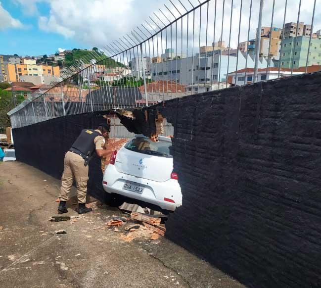 carro-cai-no-telhado-de-loja - Jornal da Cidade
